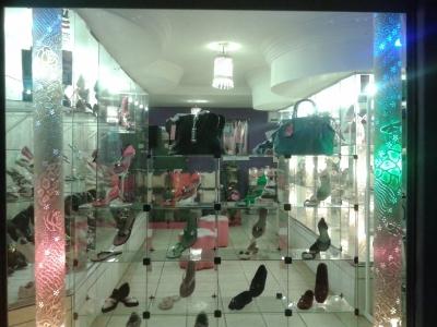 passo ponto de loja de calçados e roupas ja montada e muito bem estocada ....