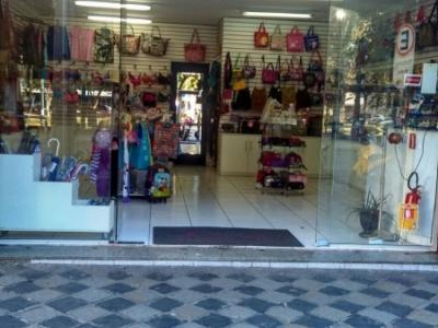 Loja feminina com instalação