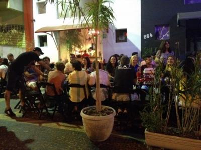 Lindo bar e avenida movimentada